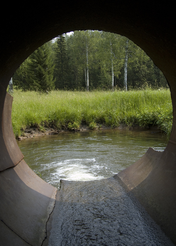 Abwasserrohr mit Blick in Natur