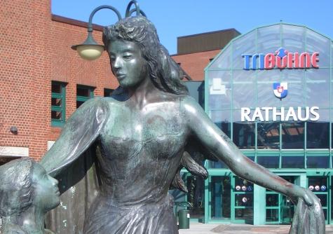 Rathaus vorn mit Regentrude Headfoto ganzes Jahr